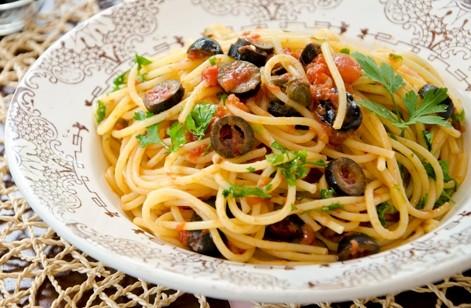 cucina,Spaghetti alla puttanesca, ricette, primi piatti, capperi, ricette con acciughe,