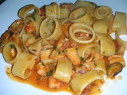 calamarata,cucina,ricette,pesce,calamarata ai frutti di mare,calamarata al ragù di pesce,calamarata allo scoglio,calamarata di gragnano,calamarata ricetta
