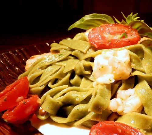 tagliatelle al basilico con crostacei, pomodorini e salsa di ricotta e limone