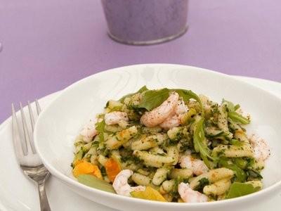 un primo piatto elegante e saporito... la pasta con rucola, fiori di zucca  e gamberetti