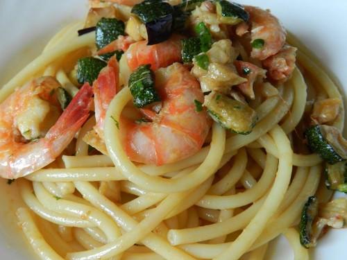 Spaghetti con gamberi, zucchine e melanzane