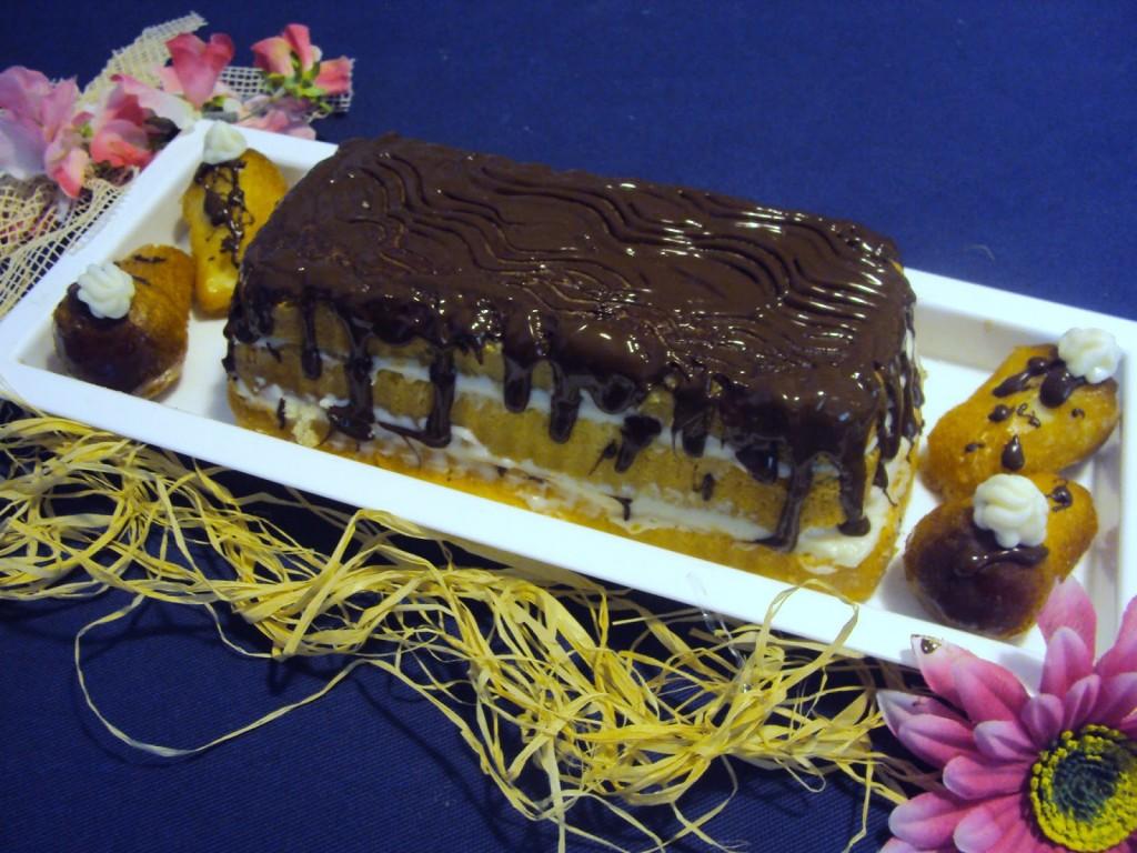 Millefoglie di babà con crema di ricotta e gocce di cioccolata