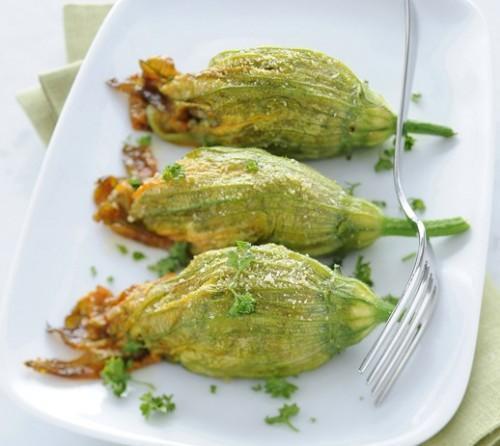 Fiori di zucca ripieni con salsiccia e zucchine