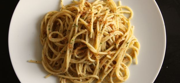 Spaghetti con acciughe e briciole di pane