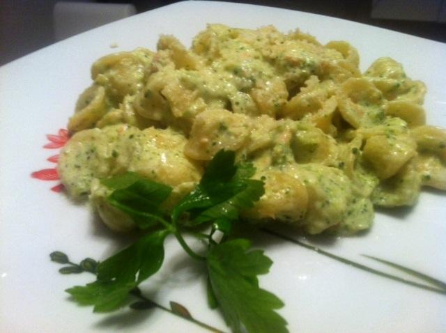 Orecchiette con broccoli e salmone