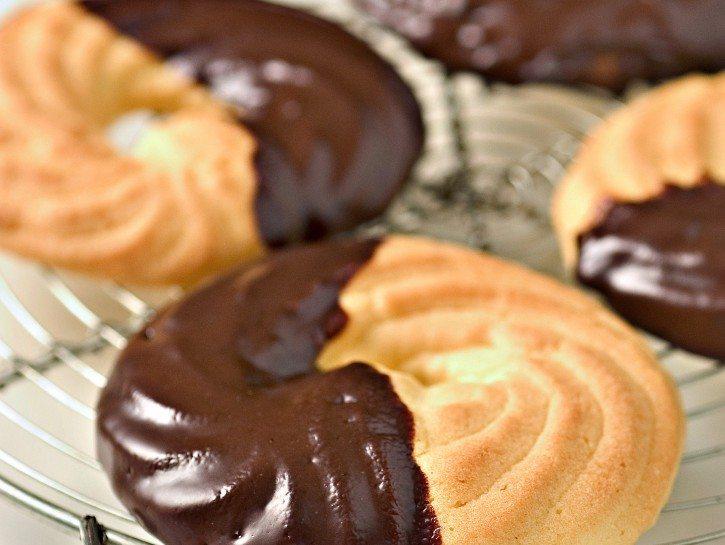 ciambelline-pucciate-nel-cioccolato-725x545