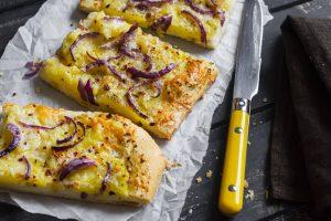 Focaccia patate, cipolla e rosmarino