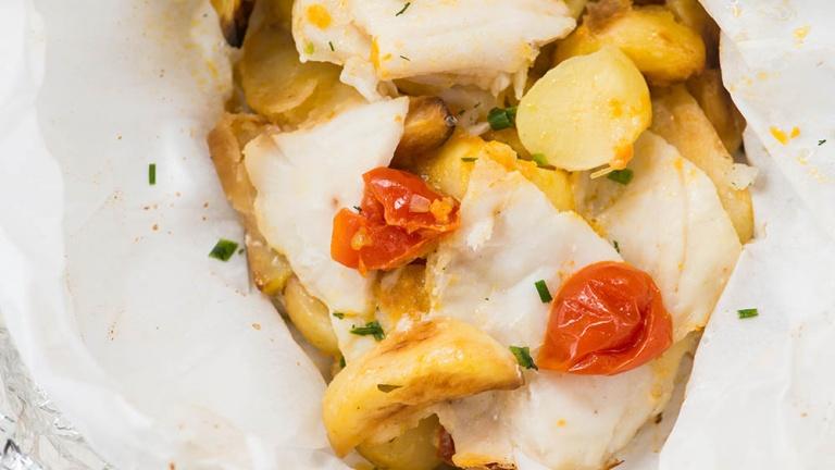 1862-pesce-al-cartoccio-con-patate-e-pomodorini-cottura-pesce-al-cartoccio
