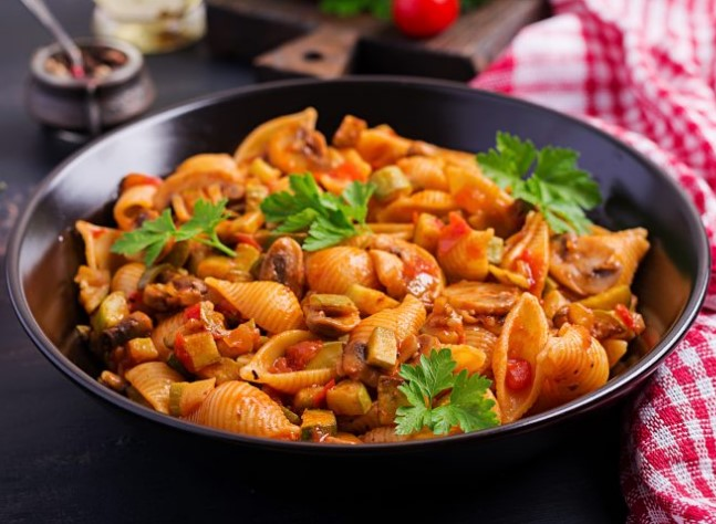 Conchiglie con Pomodoro, Funghi e Zucchine