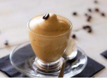 caffe ghiacciato nel bicchiere